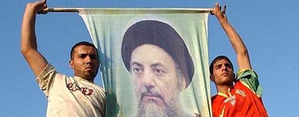 Irakiske sjiamuslimer hyller ayatolla Mohammed Baqir al-Hakim, som ble drept i bombeattentatet 29. august.
