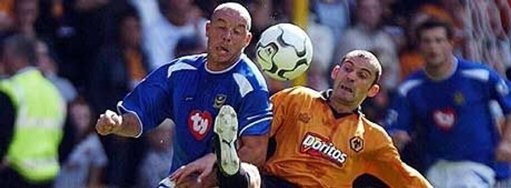 Steve Stone (Leicester) og Colin Cameron (Wolves) kjemper om ballen.