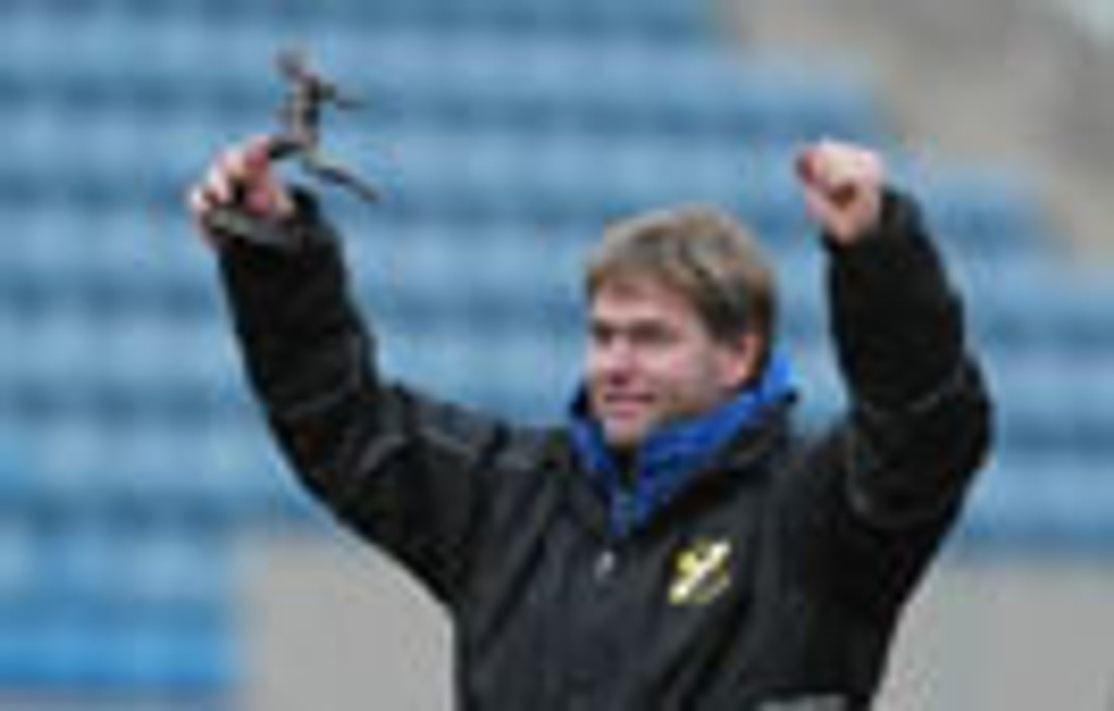 Sture Fladmark med trofeet som årets trener.