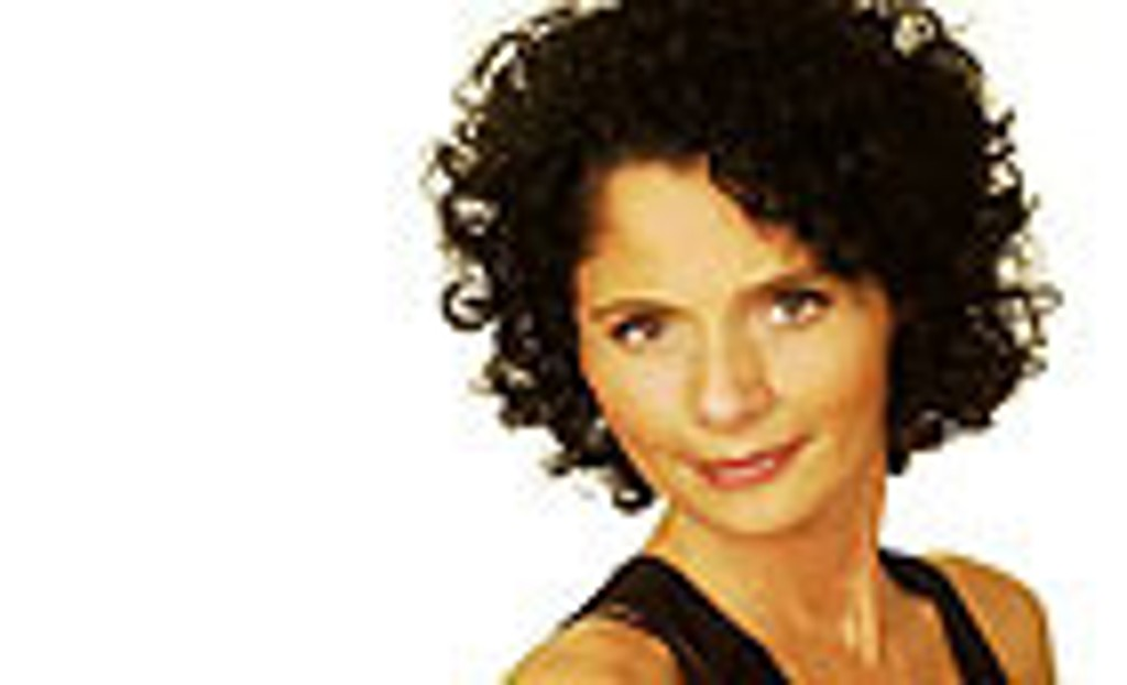 Nadia Hasnoui skal underholde på TV 2 lørdager.