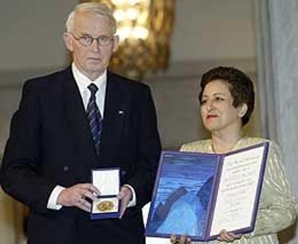 Ole Danbolt Mjøs og Shirin Ebadi. Avisen Ashti trykket et slikt bilde, men klippet bort Ebadi.