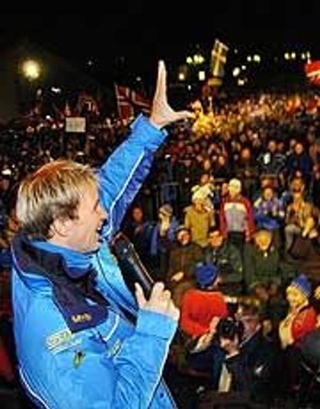 Over 7000 mennesker møtte opp for å hylle verdensmester Petter Solberg.