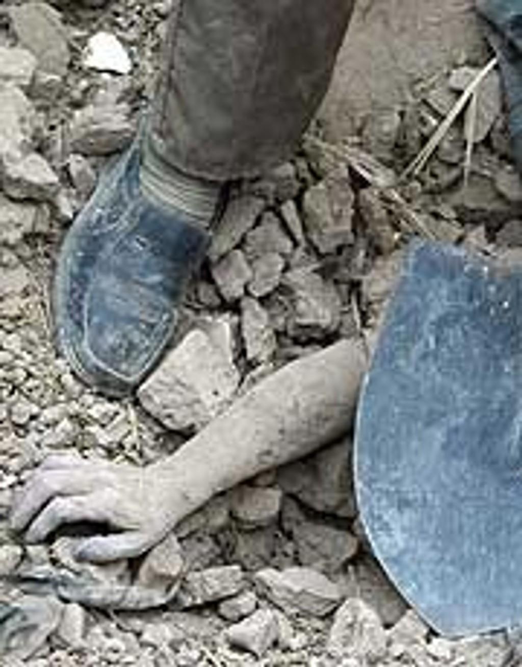 Letingen etter overlevende fra jordskjelvet i Bam i Iran fortsetter.