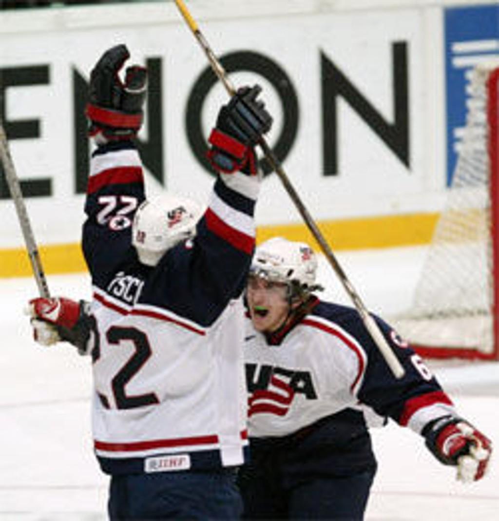 Dan Fritsche (t.v.) jubler etter å ha utlignet til 1-1 for USA i finalen mot Canada.
