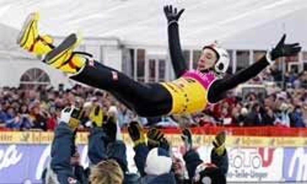 Sigurd Pettersen kastes i været av lagkameratene etter at hoppukeseieren var sikret.