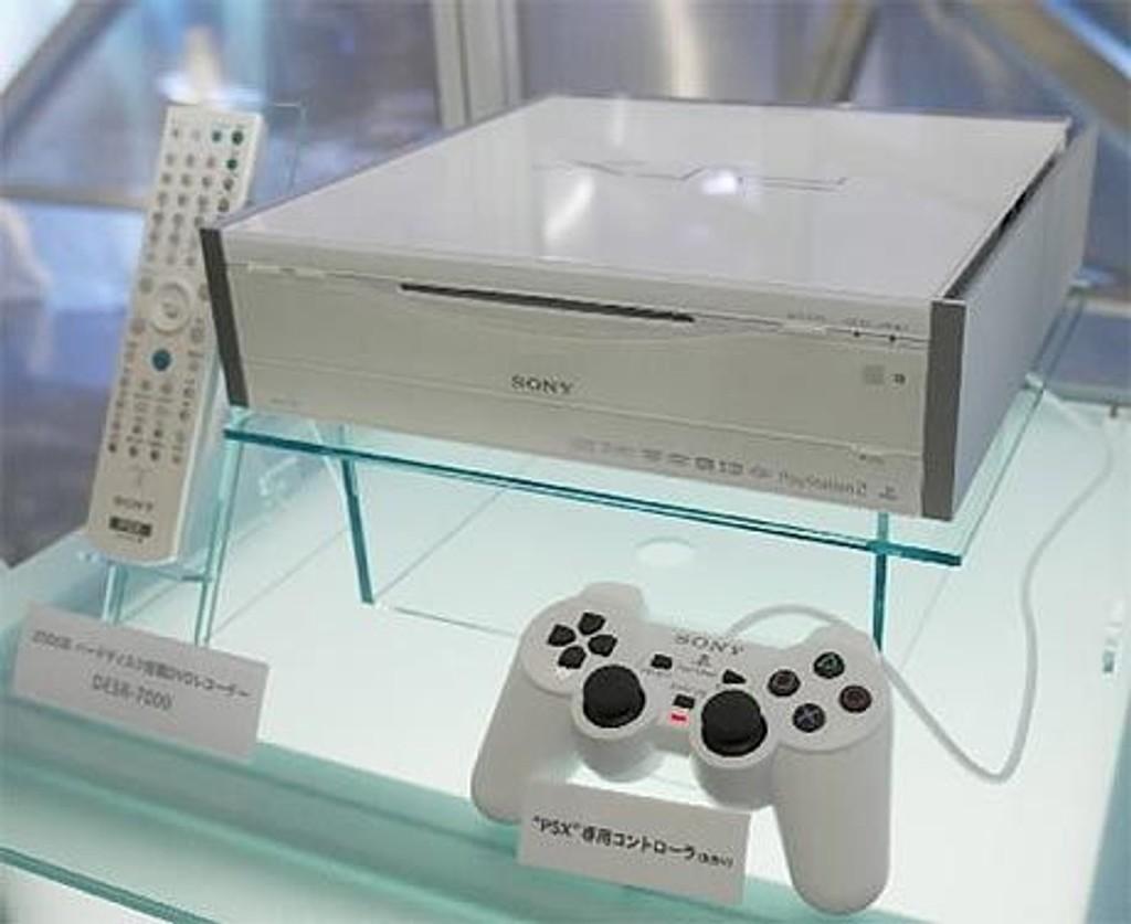"Sony Corp viser frem den ""nye"" spillmaskinen ""PSX DESR-7000"" under CEATEC JAPAN 2003 tech-messen 7. oktober 2003."