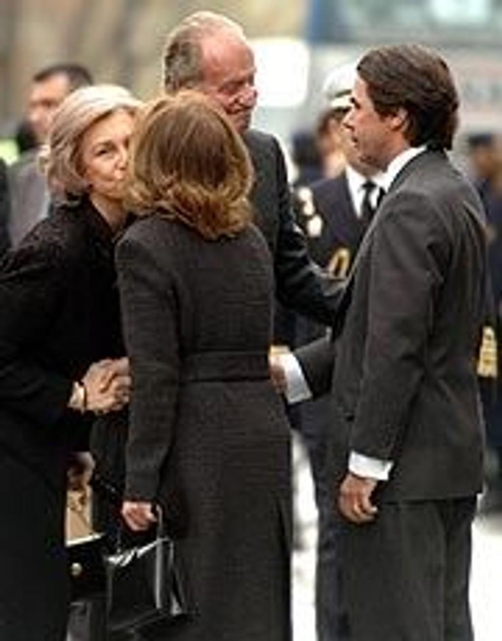 Kong Juan Carlos og dronning Sofia tar imot statsminister Aznar og hans kone.