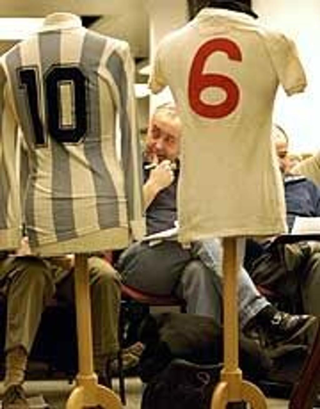 Draktene til Diego Maradona og Bobby Moore ble solgt på auksjon. Maradonas drakt gikk for rundt 125.000 kroner.