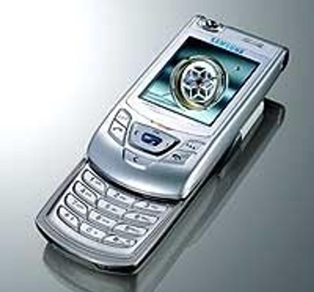 Med D410 har Samsung gått bort fra klappdesignet de har brukt i sine tidligere telefoner, og kaller sitt nye design for en glidetelefon.