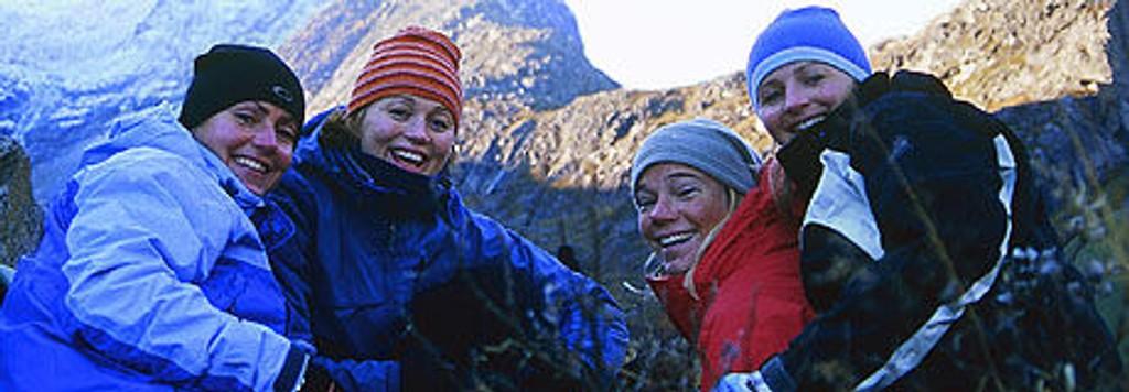 Storslått norsk natur og fire sporty jenter som ikke klarer å sitte stille. Med alpinesset Astrid Lødemel i spissen, følger vi jentene på en ekstrem naturopplevelse.