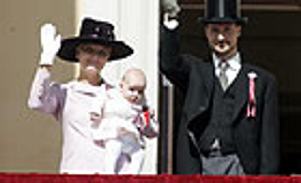 Kronprinsesse Mette-Marit, prinsesse Ingrid Alexandra og Kronprins Haakon på Slottsbalkongen under barnetoget.