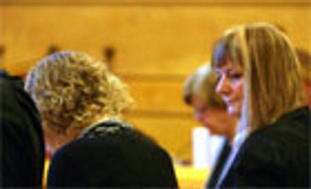 Den tiltalte kvinnen fremsto svært deprimert i retten. Her sammen med sin forsvarer Venil Katharina Thiis.
