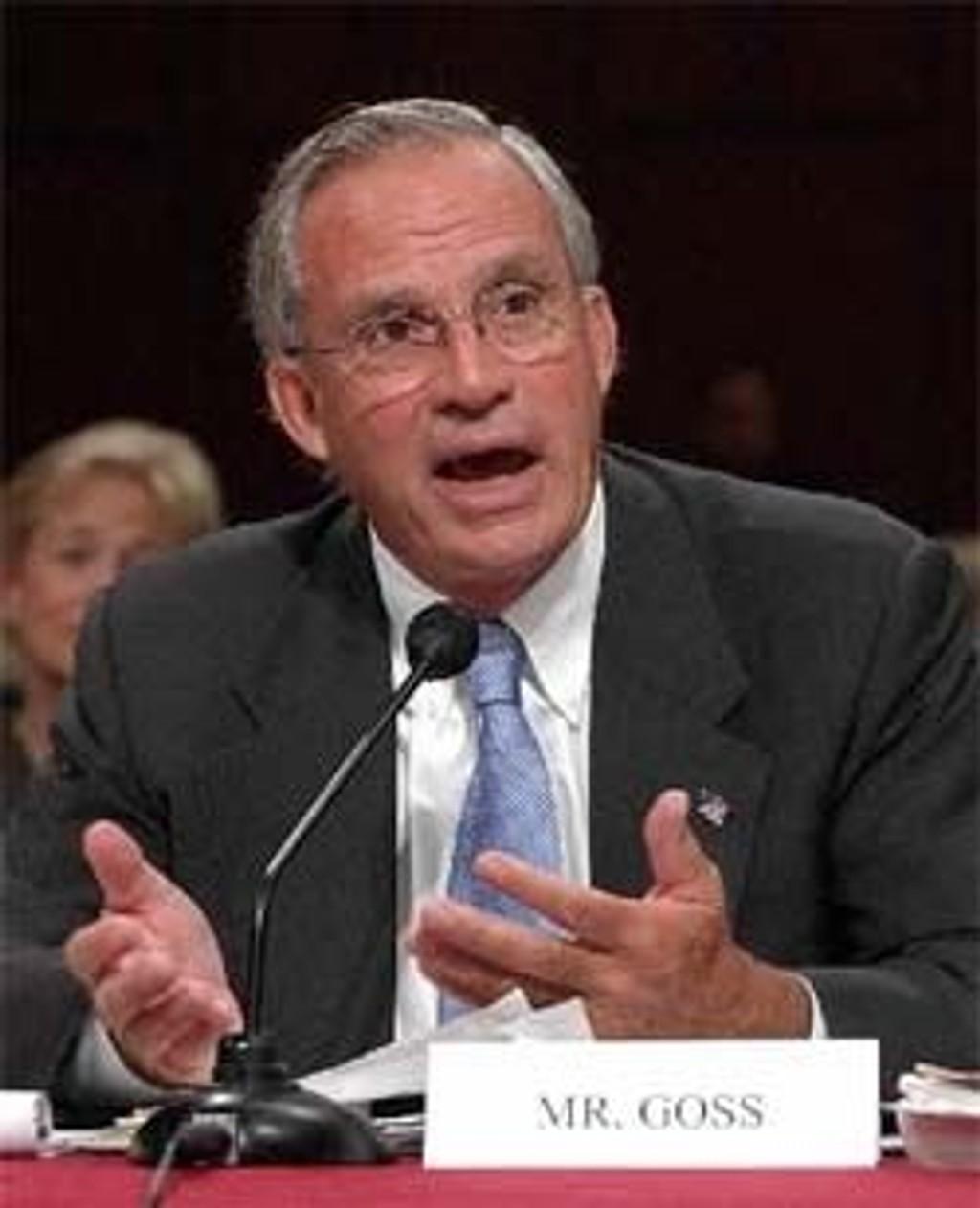 Porter Goss under høringen i Senatet før han ble godkjent.
