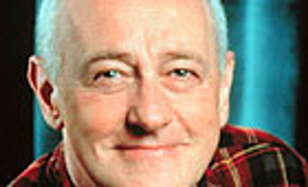 For å erte sine kranglende sønner later Martin (John Mahoney) og naboens mor at de er kjærester.