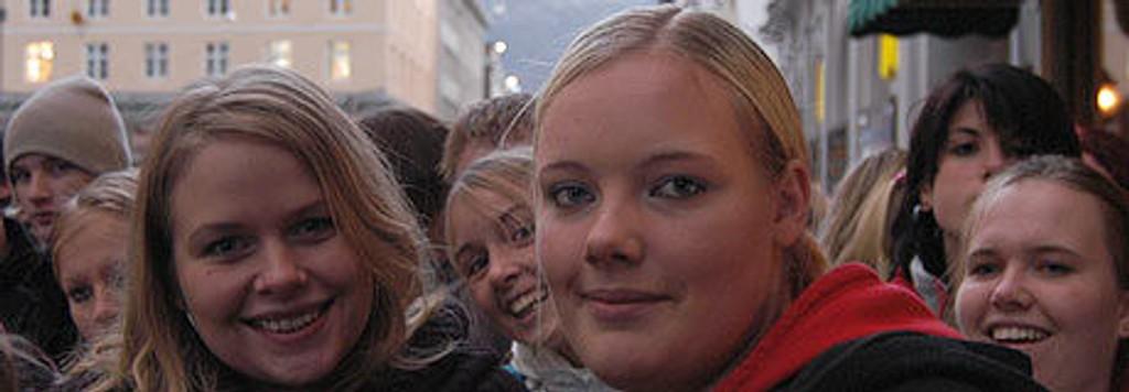 Carina Blålid (24) og Karoline Forselius (16) ble kjent i køen.