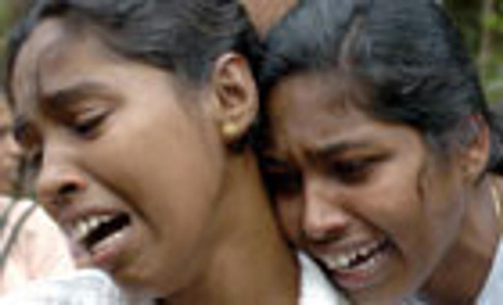 Tre jenter sørger over moren sin, som omkom i flodbølgene andre juledag.