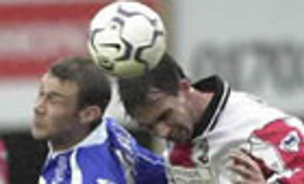 Duncan Ferguson i duell med Claus Lundekvam.