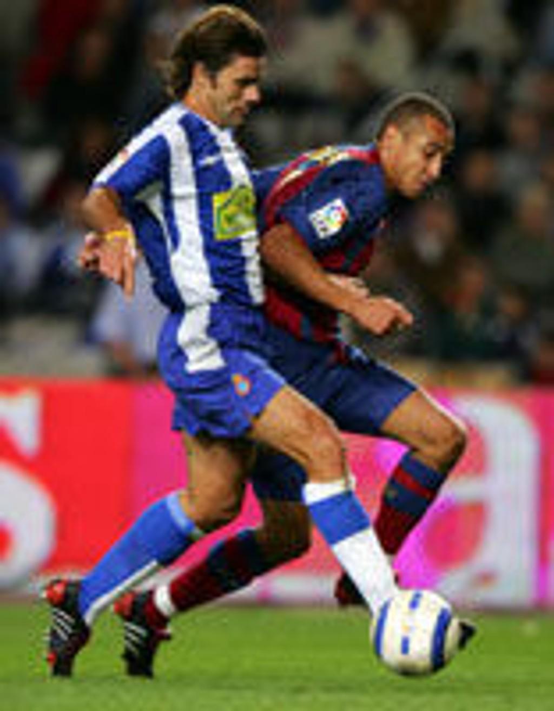 Espanyols argentiner Pochettino i duell med Barcelonas Henrik Larsson.
