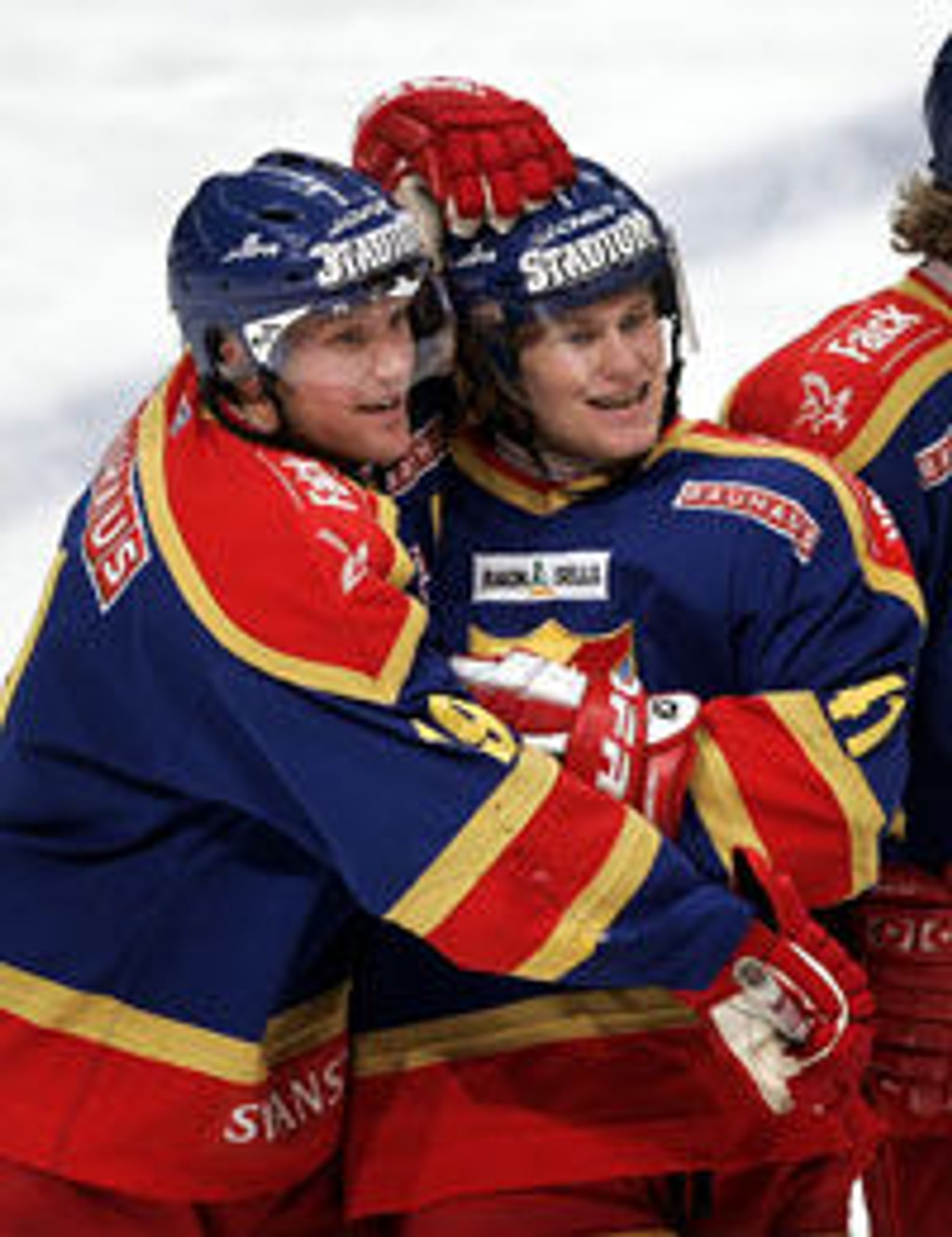 Jimmie Ölvestad gratulerer Patrick Thoresen (t.h.) med scoring for Djurgården.