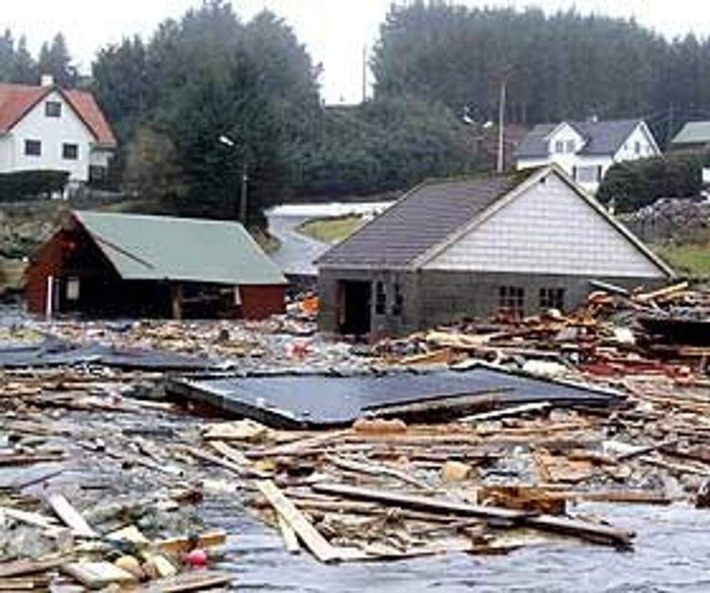 Mange bygninger langs kysten av vestlandet ble knust til pinneved av stormen Inga.