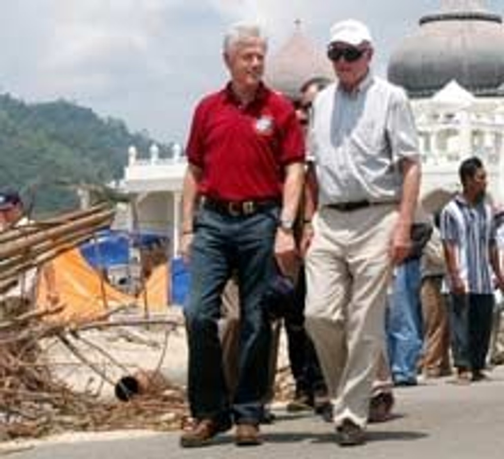 Bill Clinton og George Bush sr. i Banda Aceh i Indonesia.