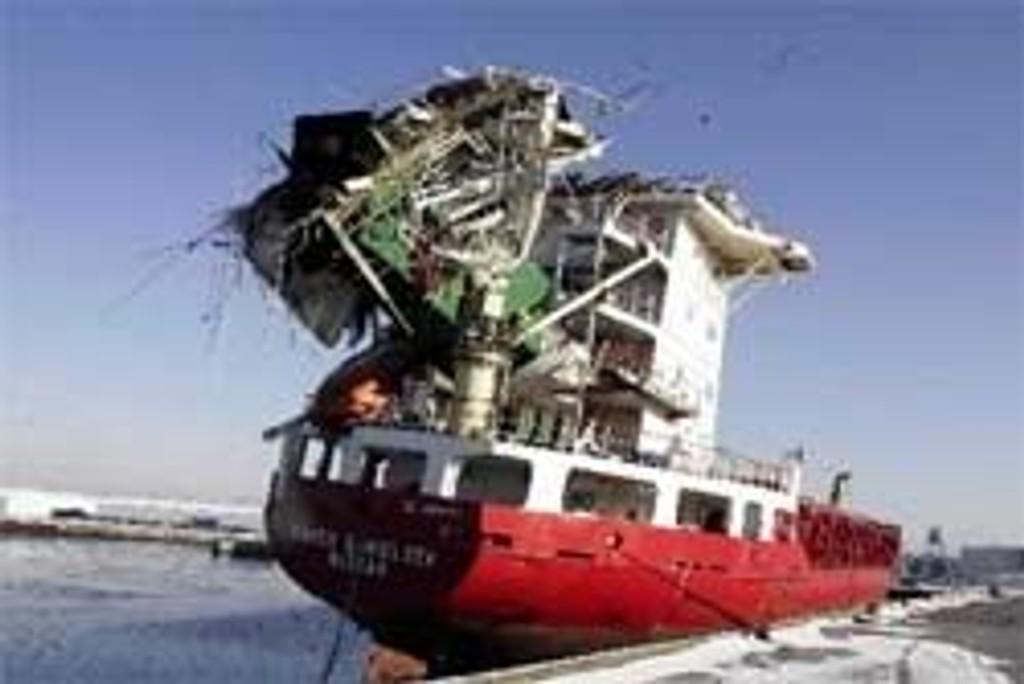 Containerskipet M/V Karen Danielsen krasjet i Storebæltbroen 3.3.05.