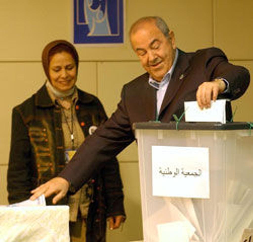 Statsminister Iyad Allawi var en av første som avga sin stemme i Irak-valget søndag.