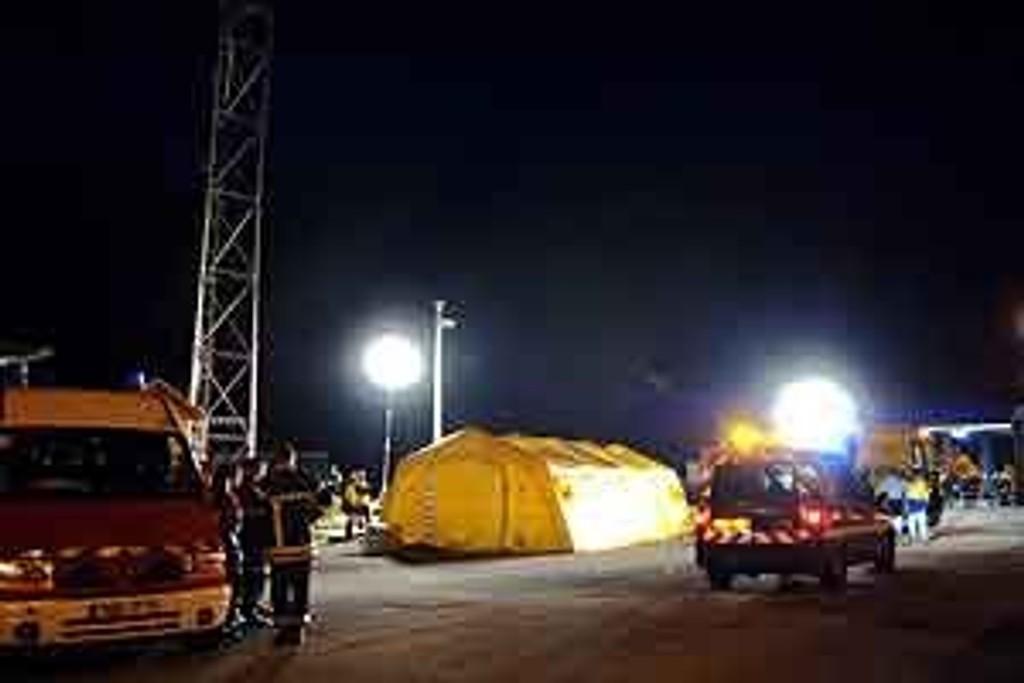 Brannmannskaper utenfor Frejus-tunnelen i Alpene, der det brøt ut brann lørdag.
