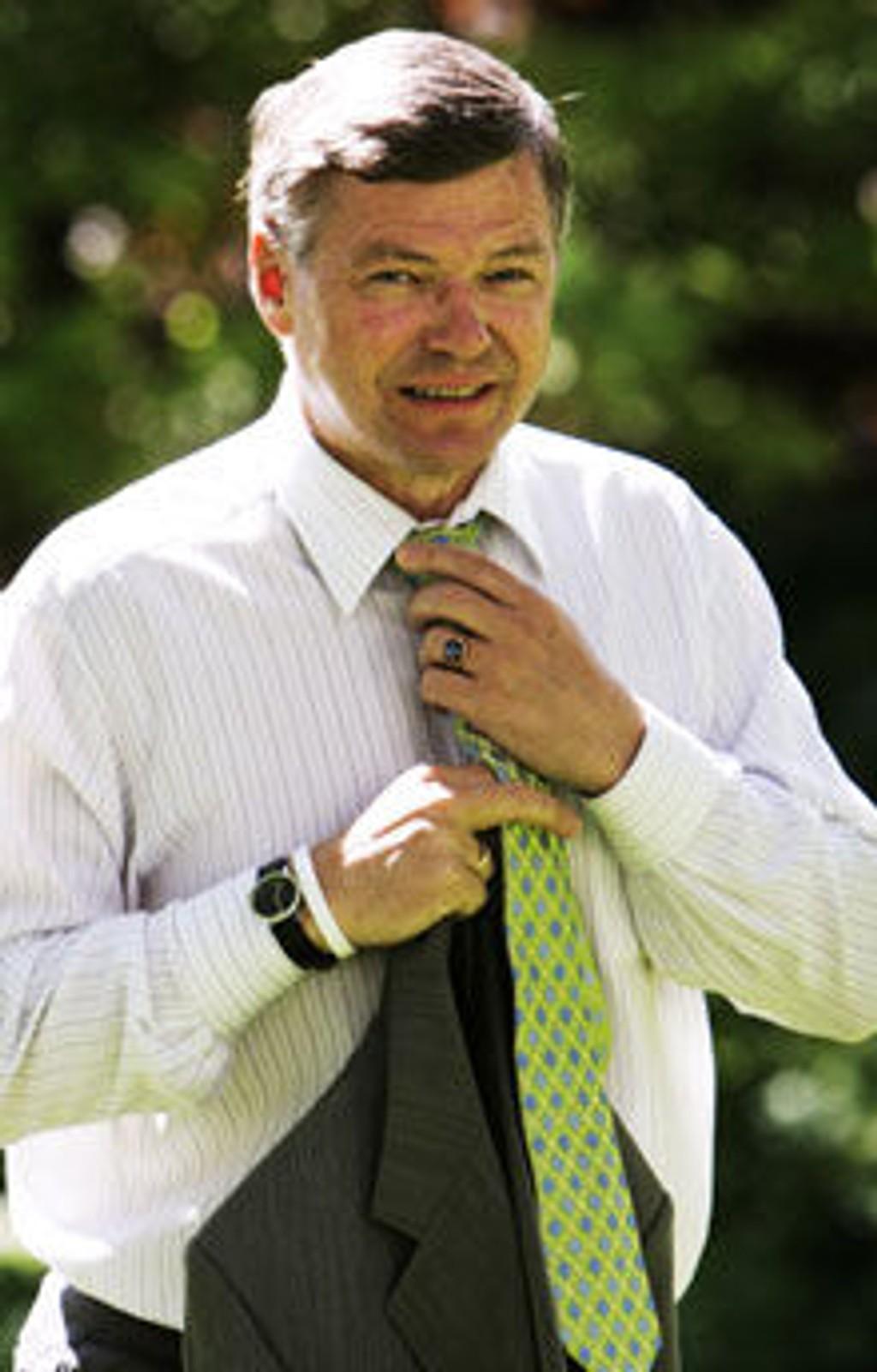 Statsminister Kjell Magne Bondevik bærer armbånd til støtte for Live-8 aksjonen Make Poverty History.