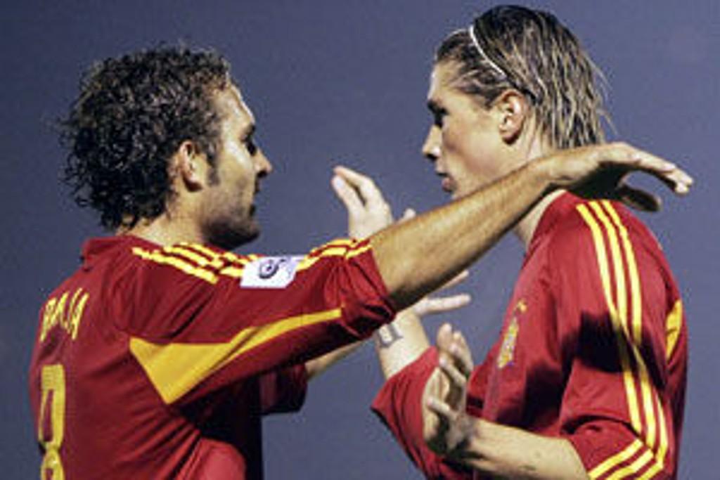 Ruben Baraja og Fernando Torres feirer scoring i 6-0-seieren over San Marino onsdag kveld.