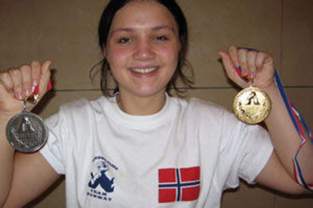 VM-vinner i håndbak, 16 år gamle Andrea Drange fra Os, viser stolt fram sølv- og gullmedaljene.