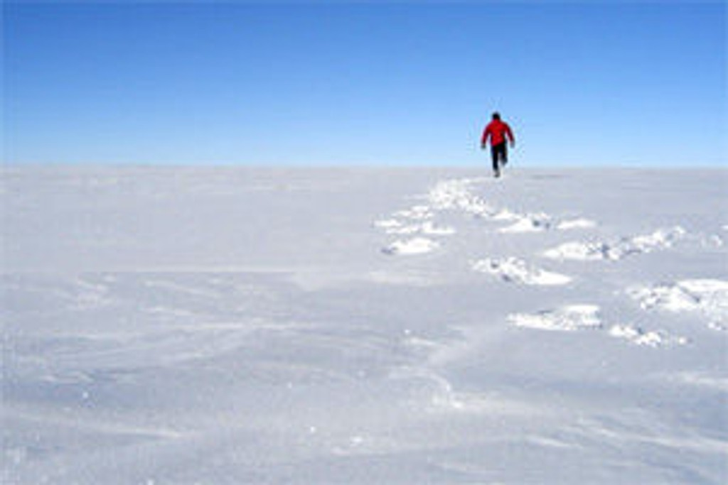 Joggetur i minus 24. Rune har tydeligvis masse energi etter halvannen dag i teltet...