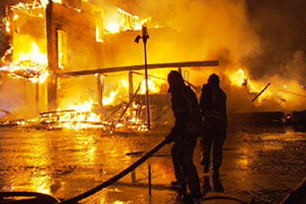 Brannfolk kjemper med flammene i Bryne sentrum. (Foto: TV2/Kåre Spanne)