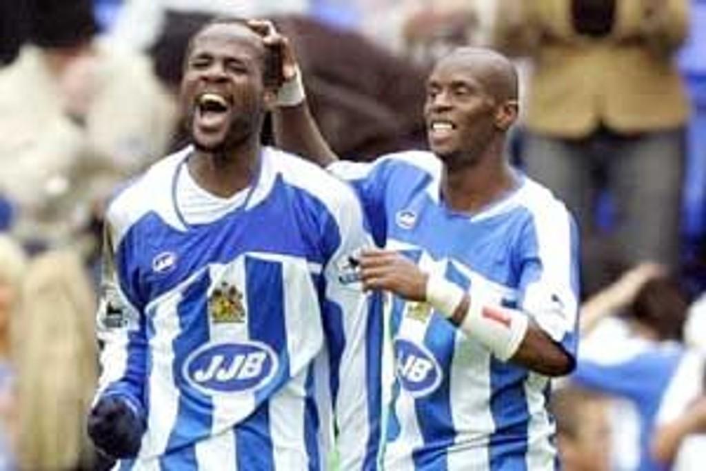 Wigans Henri Camara (t.v) jubler sammen med lagkamerat Pascal Chimbonda.