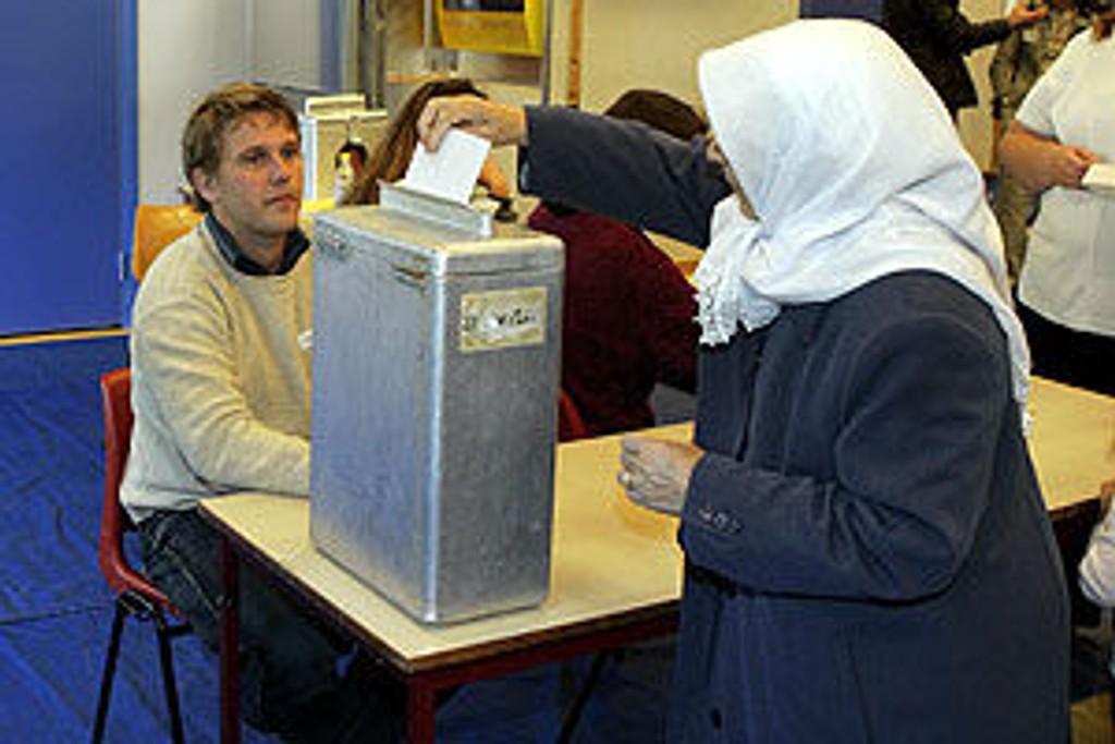 En muslimsk kvinne avgir sin stemme i stortingsvalget 2005 på Rosenholm skole.
