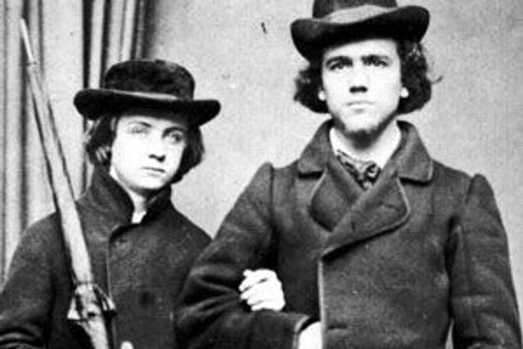 Dette er bildet av Edvard Grieg og broren John som ble stjålet fra Troldhaugen.