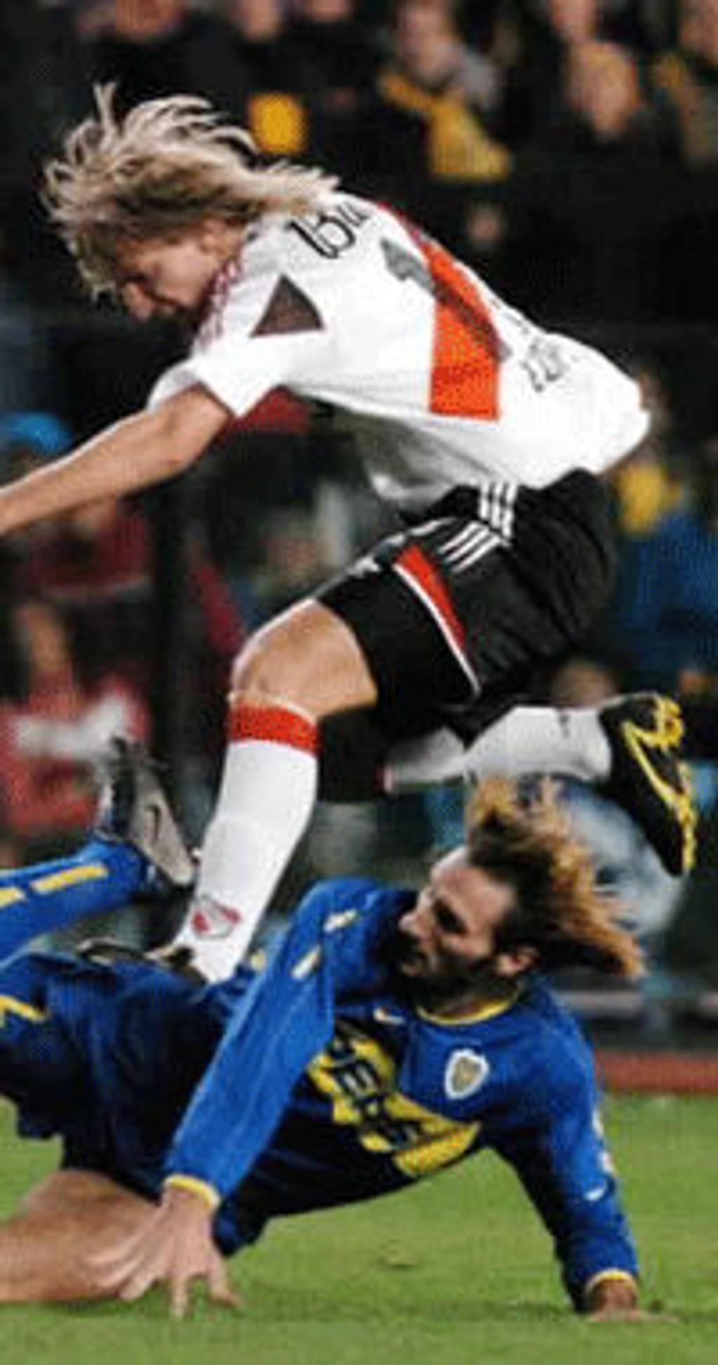 River Plates Maxi Lopez (øverst) i duell med Boca Juniors Rolando Schiavi.