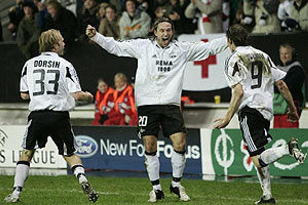 Jubler for scoring mot Olympiakos 2005, sammen med Mikael Dorsin (t.v.) og Frode Johnsen.