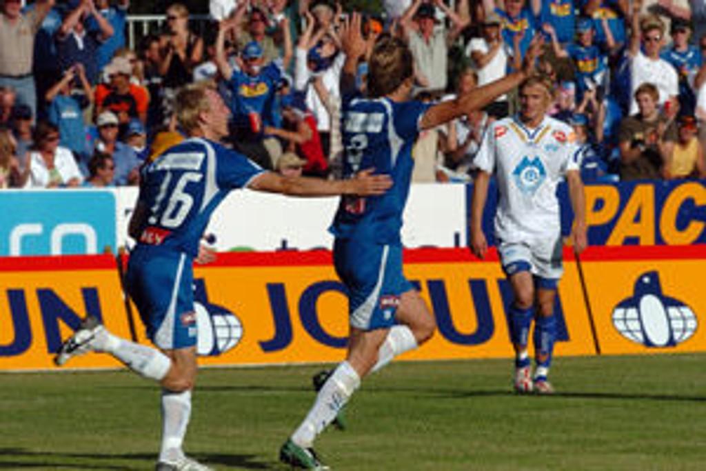 Sandefjord-spillerne Samuel Isaksen og Fredrik Thorsen jubler mens Molde- spiller Knut Olav Rindarøy i bakgrunnen kan styre sin begeistring under eliteserieoppjøret i Sandefjord