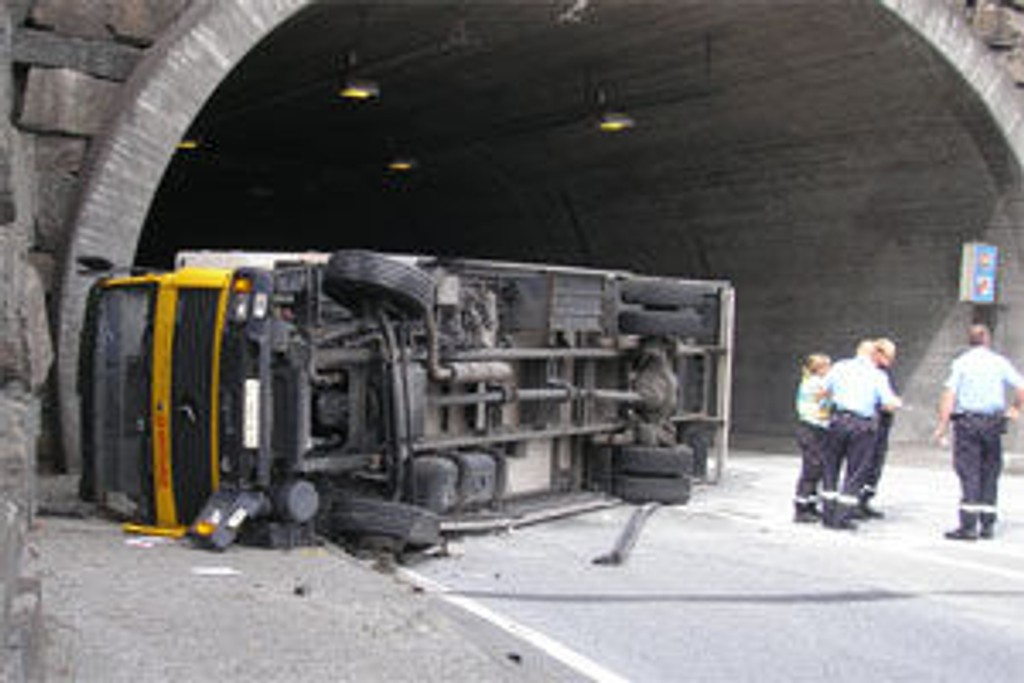 Lastebilen sperrer deler av kjørebanen i utløpet av Nygårdstunnelen.