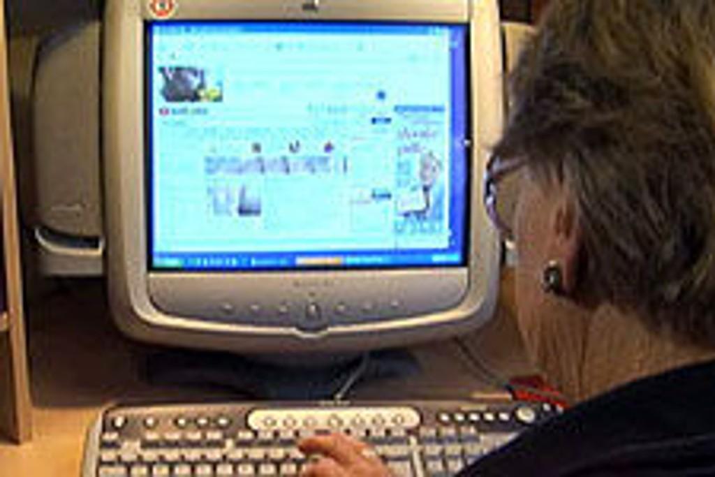 mann som kaster en datamaskin