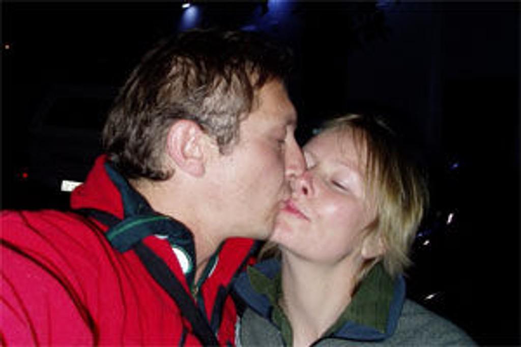 Rune kysser Aina farvel i Cape Town.