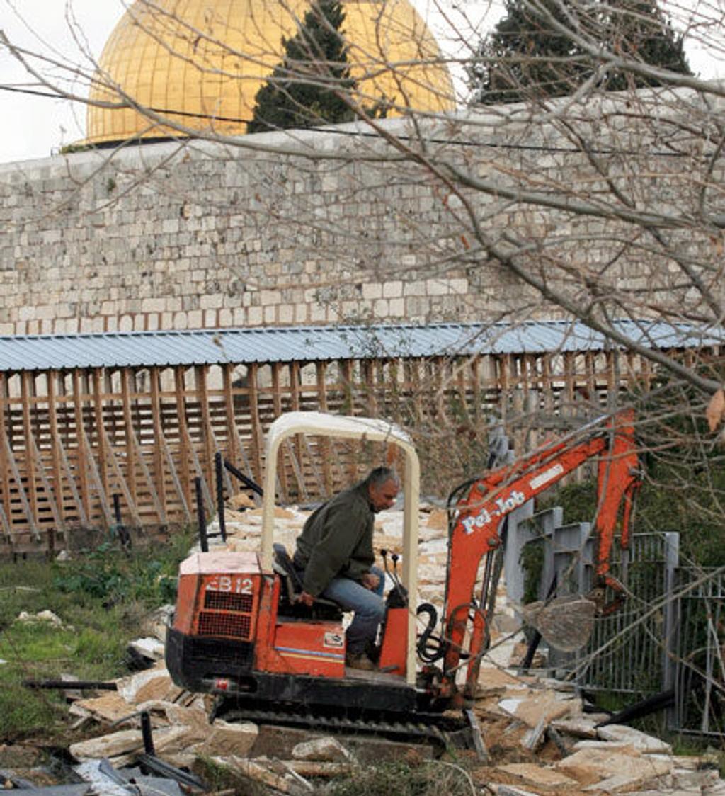 Det graves bak den hellige moskeen, noe som vekker stor vrede.