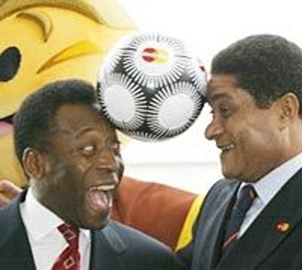 Pele (tv) header med Eusebio fra Portugal under Fotball EM i Lisboa i november.