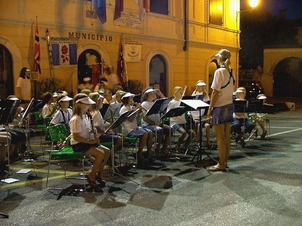 Stemningsfullt: Juniorkorpset slo til og inviterte til stemningsfull konsert klokken 22 om kvelden.  Foto: Karlsrud Skoles Musikkorps