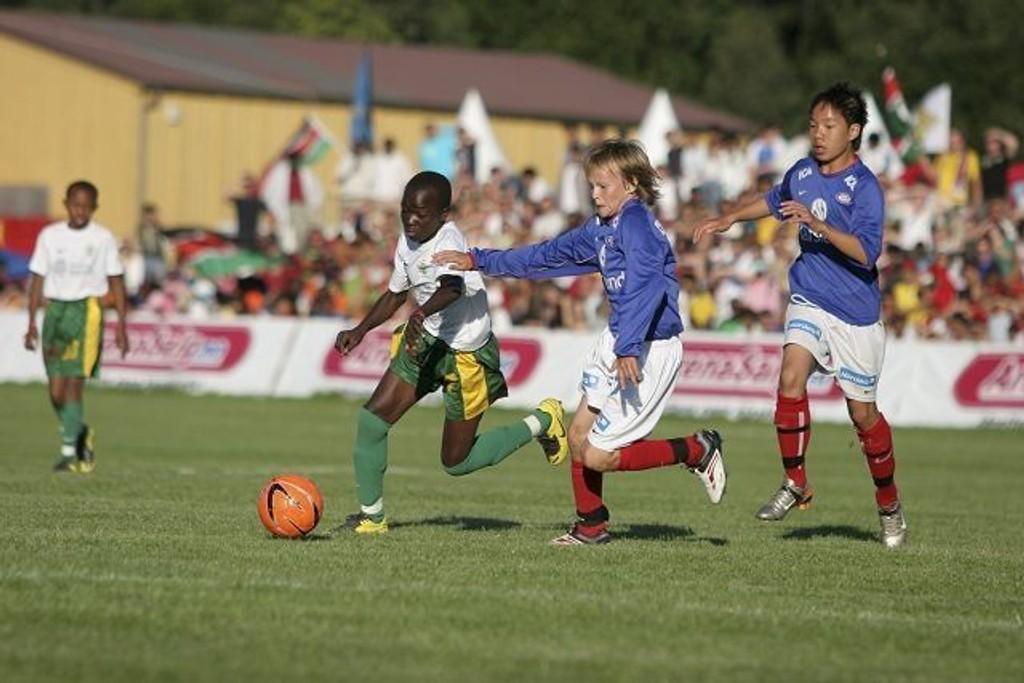 Hang på: VIFs Simen Stensøe henger på en motspiller fra Mathare.
