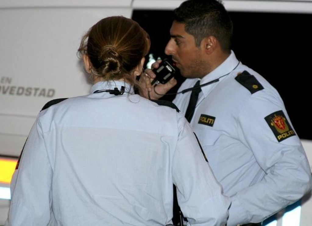 RASKT PÅ STEDET: Politiet var raskt på stedet etter at en 21-åring ble knivstukket på Grønland, mandag kveld. FOTO: NILS SKUMSVOLL