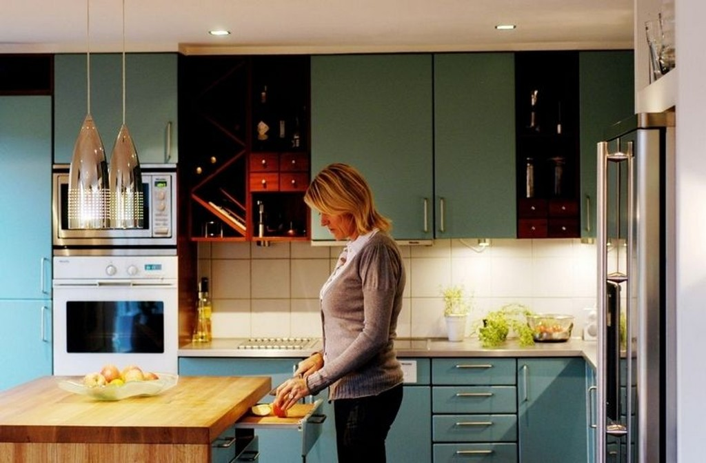 ARBEIDSLYS: På kjøkkenet er det viktig med godt arbeidslys, som sørges for ved å montere spotter under overskapene og pendler over kjøkkenøya, i tillegg til belysning i taket, anbefaler Berit Egge, belysningsrådgiver i Brødrene Kolstad belysning,