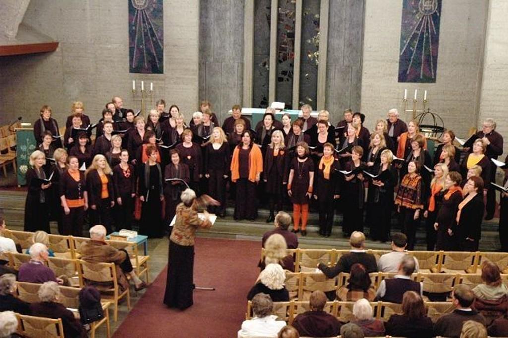 Storkor: Varia Vocalis og Abildsø Bygdekor i harmonisk samklang ledet av dirigent Barbro Bergqvist.