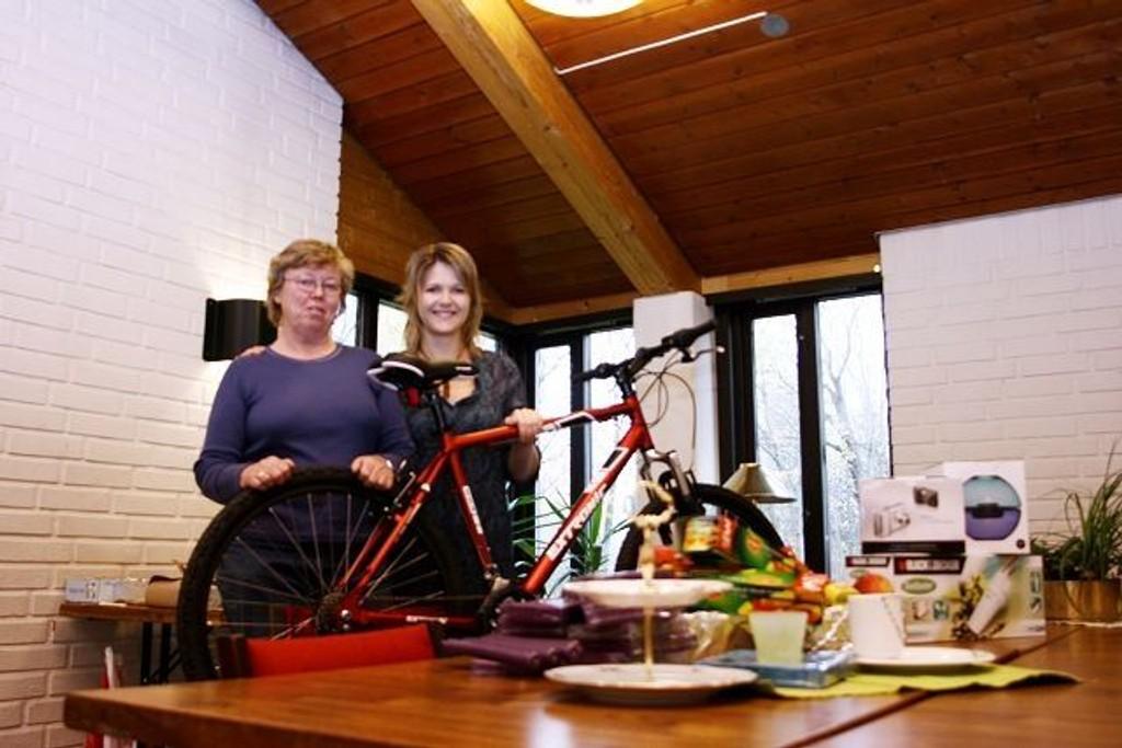 Premier: Edel Vevang og Eva Næve Hirsch står forran noen av premiene til lotteriet.